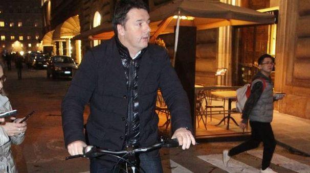 Matteo Renzi esce da Palazzo Vecchio in bici (foto Umberto Visintini/New Pressphoto)