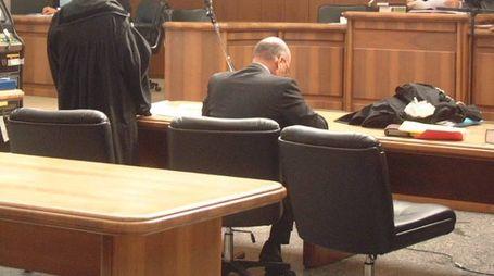 Avvocati riuniti in un'aula di tribunale durante un processo