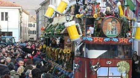 Il 'lancio del tartufo' al carnevale di Acqualagna