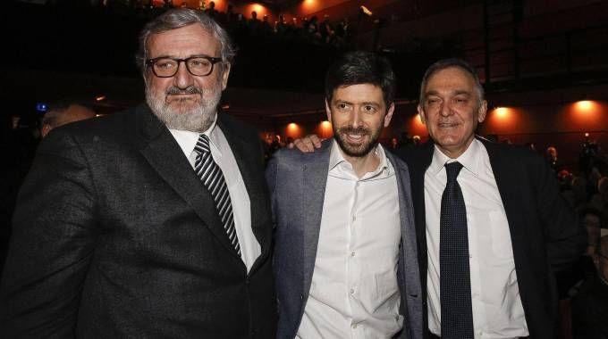 Michele Emiliano, Roberto Speranza ed Enrico Rossi al teatro Vittoria (Ansa)
