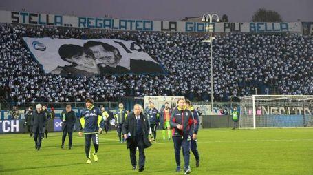 L'omaggio dei tifosi dell'Atalanta (foto LaPresse)