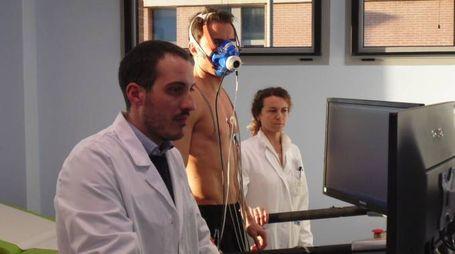 Un atleta effettua uno speciale test sotto lo sguardo  della cardiologa Lucia Filippucci