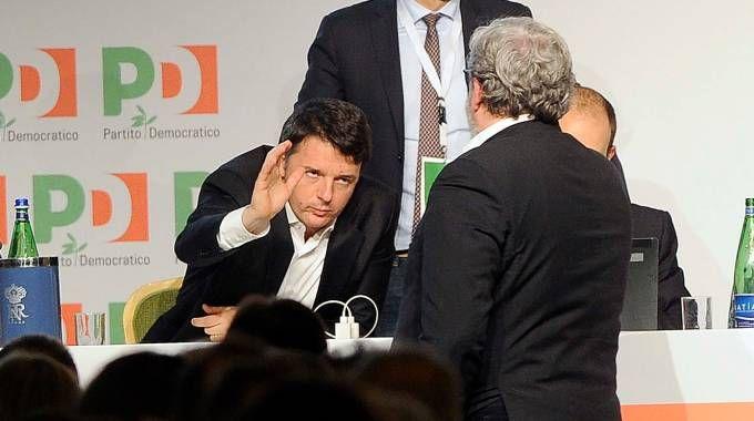 Il saluto tra Matteo Renzi e Michele Emiliano (Lapresse)
