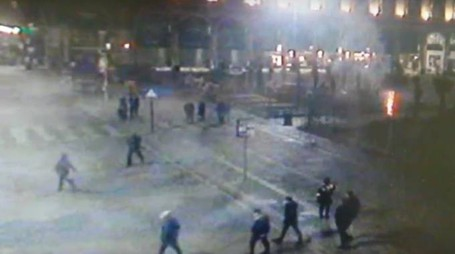 Una delle piante incendiate ripresa dalle telecamere in piazza Duomo (Omnimilano)