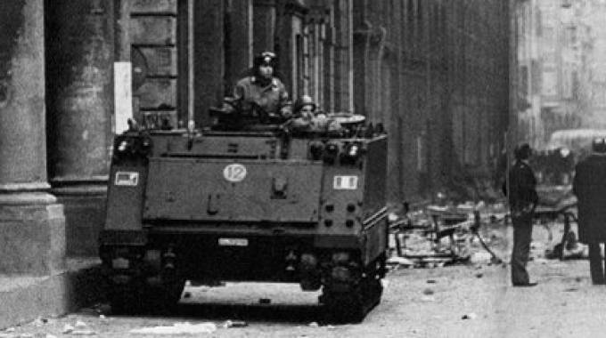 Bologna, 1977: un blindato a presidio in via Zamboni, nella zona universitaria