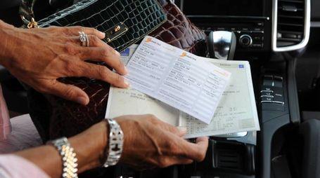 Bollo e libretto di circolazione di un'automobile