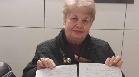 Giovanna Iannò, 74 anni, mostra la lettera inviata ai ladri: «Che Dio vi perdoni. Nelle mie preghiere mi ricorderò di voi»