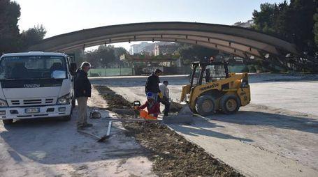 I lavori di pavimentazione dell'area dell'ex fiera costeranno circa 15mila euro (foto Roberto Vives)