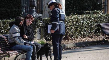 Controlli della squadra dedicata allo sporco lasciato dai cani (Cabras/Pressphoto)
