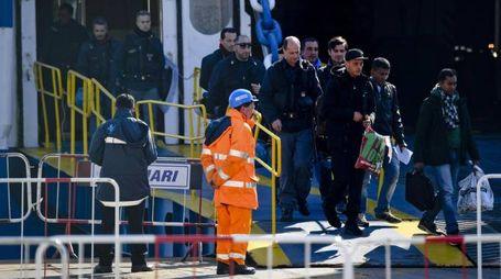 I migranti scortati dalla polizia all'arrivo a Napoli (Ansa)