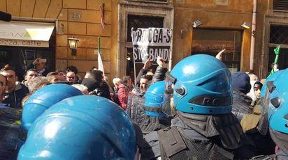 Taxi, protesta sotto la sede Pd a Roma (Dire)