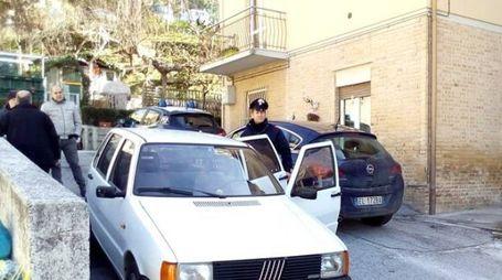 L'auto abbandonata dai rapinatori dopo il colpo (foto Asterio Tubaldi)