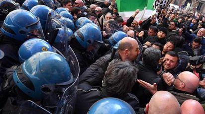 Protesta dei tassisti a Roma (Ansa)
