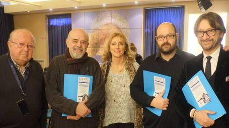 INSIEME Da sinistra, Gianfranco Bendi (autore della Divina Commedia in dialetto), Anna Starnini (insegnante), Franco Palmieri (direttore artistico dell'iniziativa), Andrea Sansovini e Marco Viroli (Direzione21)