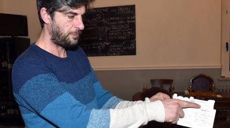 STUPITO Luca Stefoni, titolare del ristorante «Virgola zero uno», mostra la data di spedizione della cartolina: il 16 agosto 2007 (foto Vives)