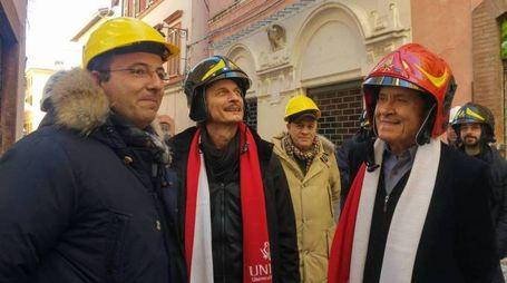 Gianni Morandi con Cesare Bocci e, a sinistra, il sindaco Gianluca Pasqui