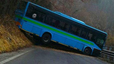 L'autobus finito fuori strada