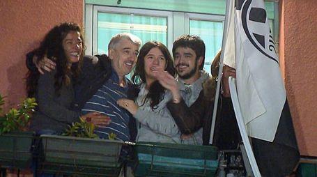 Gino Pollicardo con la famiglia la sera del suo ritorno a casa dopo la liberazione