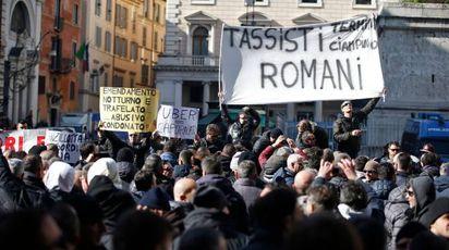 La protesta dei tassisti a Roma (Lapresse)