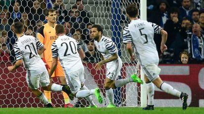 Il gol di Dani Alves (Afp)