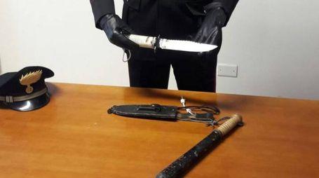 Il pugnale e il manganello  sequestrati dai carabinieri