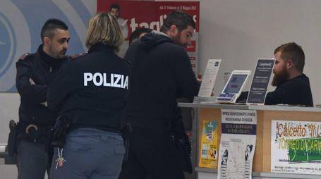 Gli agenti della polizia intervenuti dopo il furto al Sigma (foto Paola Nizza)