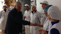 Il cerimoniere pontificio visita un'azienda
