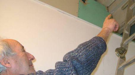 Livaldo Mancini indica il buco creato dai ladri per entrare nel suo negozio