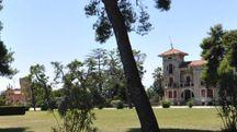Villa Conti e la vicina chiesetta neogotica (foto Vives)