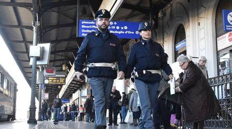 Agenti della Polfer pattugliano la stazione centrale
