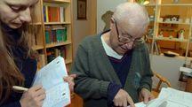 La nostra cronista con Mario Pastori nella sua casa di Jesi (fotoBinci)