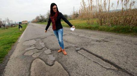 La strada piena di buche (foto Gianni Nucci/Germogli)