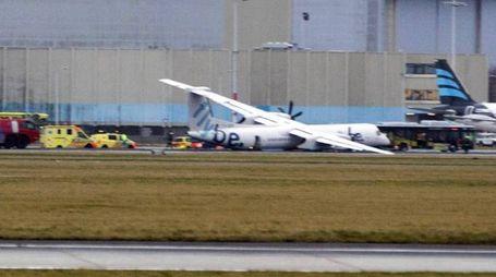 L'aereo senza carrello che 'striscia' sulla pista (Ansa)