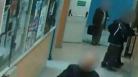 Ospedale di Loreto Mare, un frame del video che incastra i furbetti del cartellino