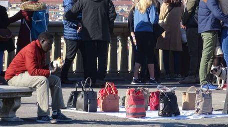 Borse false vendute al piazzale Michelangelo (New Press Photo)