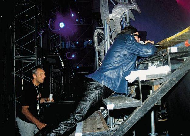 1999: l'inizio del concerto del Rewind tour, Vasco canta dal retro del palco. E' una delle tante immagini esclusive della mostra. '© 1999 Foto di Roberto Villani per Chiaroscuro creative'