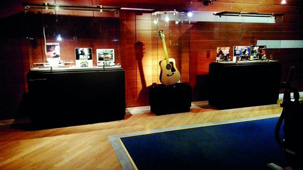 Alcune immagini dell'allestimento: una chitarra usata da Vasco per la parte live acustica nel tour 2009/10 e i modellini con le riproduzioni dei palchi