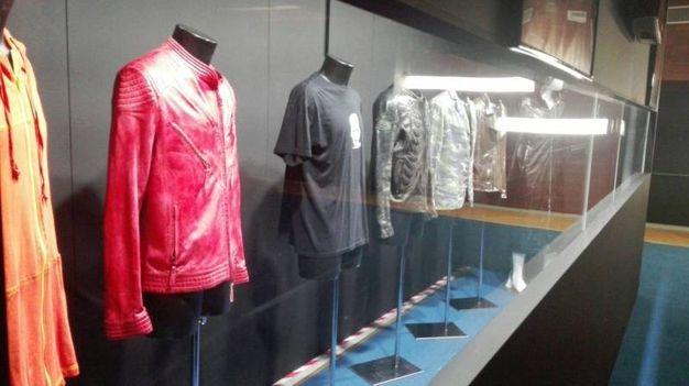 Alcune immagini dell'allestimento: una delle vetrine con i giubbotti e gli abiti originali dei vari tour