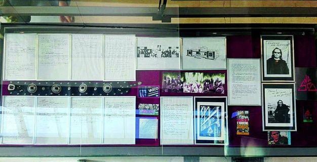 Alcune immagini dell'allestimento: una delle numerosissime vetrine con testi manoscritti, pass originali, foto con testi autografi