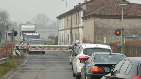 Auto in fila in attesa del passaggio del treno e della riapertura del passaggio a livello in provincia di Pavia