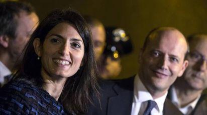 Virginia Raggi con con il direttore generale dell'AS Roma, Mauro Baldissoni (Ansa)