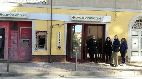 Il bancomat fatto saltare in aria alla filiale della Cassa di Risparmio di Pisa a Cenaia