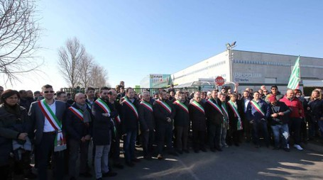 Lo schieramento dei sindaci davanti ai cancelli della K-Flex