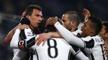 Mario Mandzukic festeggiato dopo il gol (Afp)