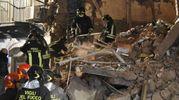 Vigili del fuoco dopo il crollo della palazzina a Catania (Ansa)