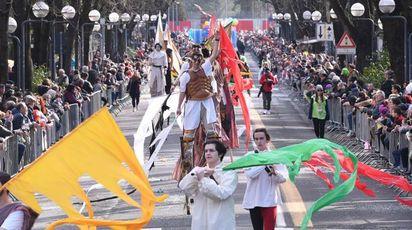 La sfilata tra due ali di folla