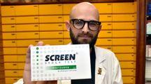 Un farmacista della 'Barboni' mostra lo screen test (Fantini)