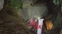 Gli uomini del Saer all'ingresso della grotta della Spipola