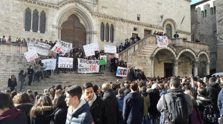 L'assemblea in piazza IV Novembre