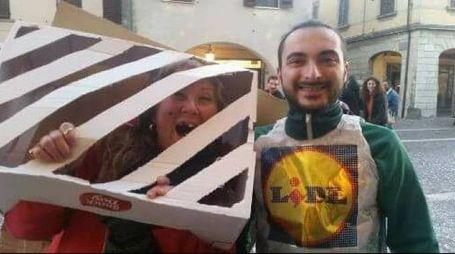 Due persone mascherate da rom chiusa nel cassonetto e dipendente Lidl: la foto postata sul profilo Fb del sindaco Ceccardi